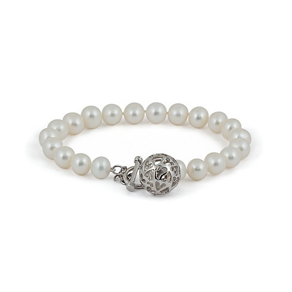 White pearl bracelet with pendant