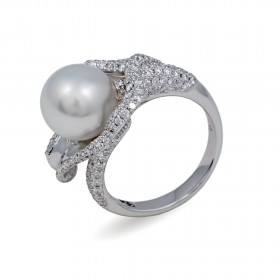 Ring from 14 karat gold with pearls of the southern seas and diamonds